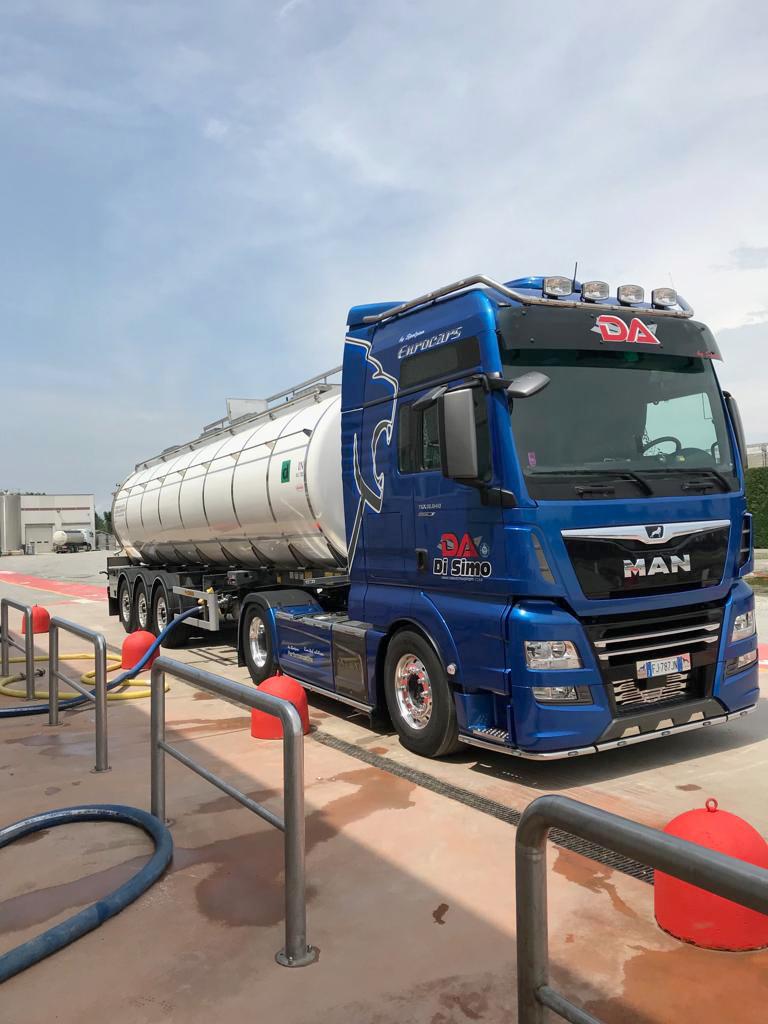Autotrasporti Di SImo trasporto acqua potabile, carico cisterna